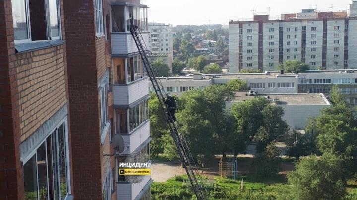 Столб дыма вырвался из окна многоэтажки в Ленинском районе