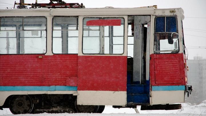 Водителям общественного транспорта посоветовали открывать лишь одну дверь в морозы