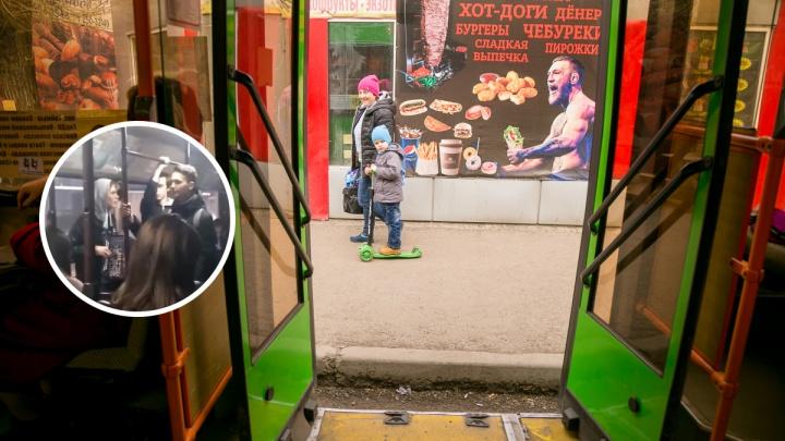 «Как мёд на душу»: уличные музыканты устроили концерт в автобусе №53
