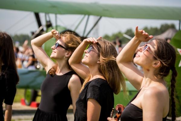 На празднике можно было полюбоваться не только на самолёты, но и на красивых девушек