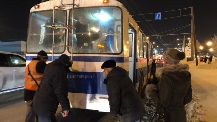 «Нам пришлось толкать троллейбус»: авария парализовала движение на кольце Кирова — Московское
