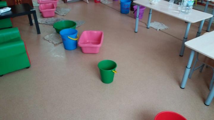 Капель с потолка: дети занимаются в группе с вёдрами и тазиками