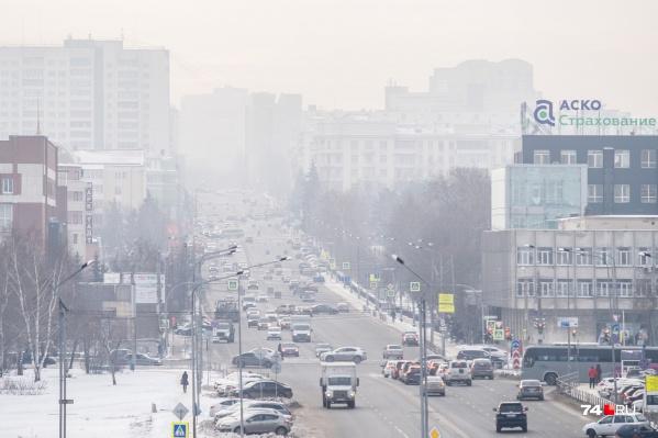 Центр Челябинска, как и многие другие районы города, в понедельник окутала густая пелена