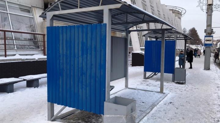 На остановке возле «Летура» появились новые павильоны. В мэрии не знают, кто их установил