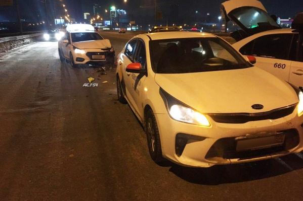 Пострадали три машины такси
