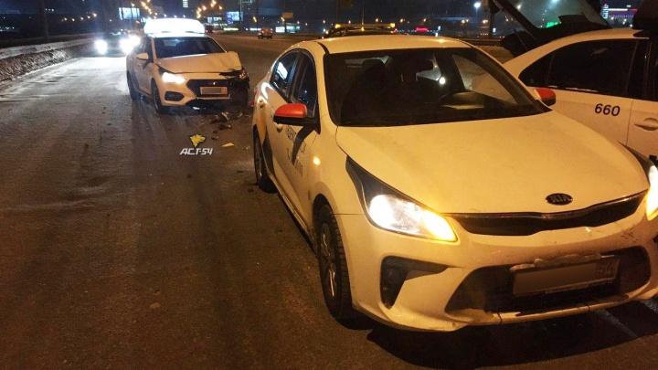 На Димитровском мосту внедорожник раскидал три машины такси «Яндекса» и «Убера»