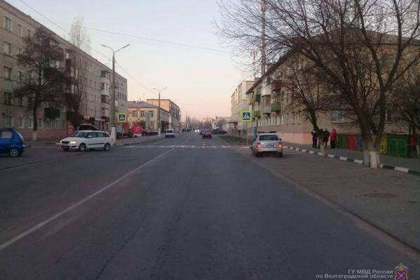 Мальчик переходил дорогу со взрослыми по пешеходному переходу