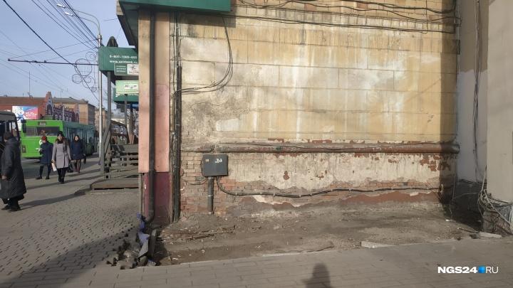В центре на Ленина жители сами снесли ларек с газетами и мороженым. Осталась дыра в брусчатке