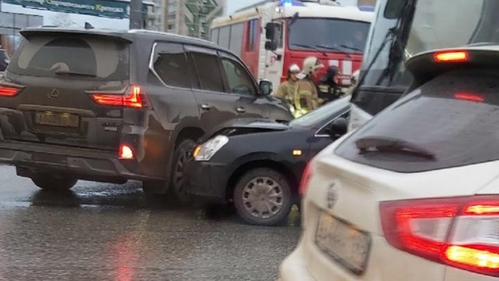 На Вторчермете водительLexus устроил ДТП, в котором пострадала женщина