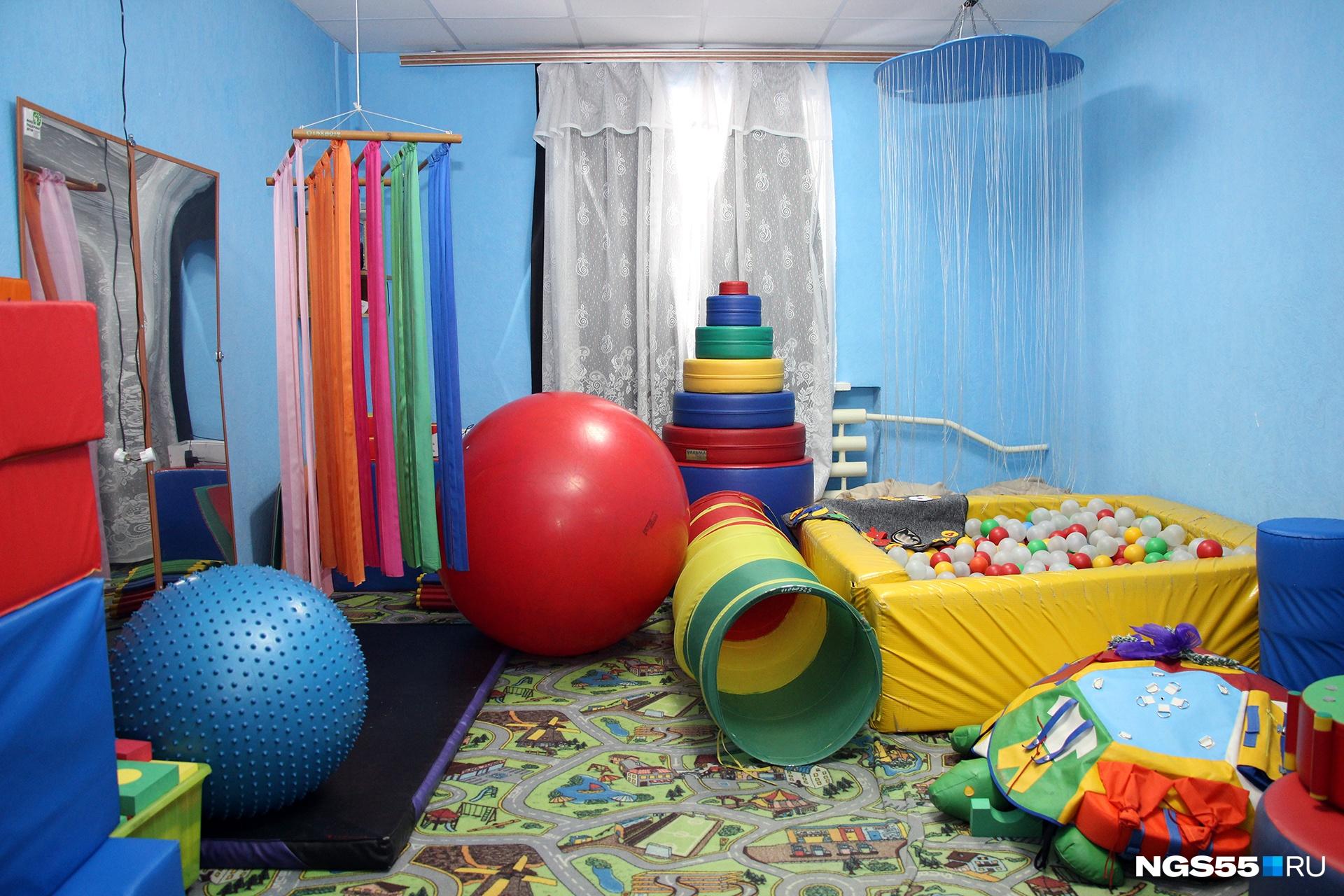 Детская игровая комната. Выгнать детей из бассейна с шариками очень сложно