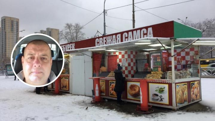 «Вырвать бы кадык и дать пинка». Хозяин киоска на автовокзале напал на журналиста E1.RU