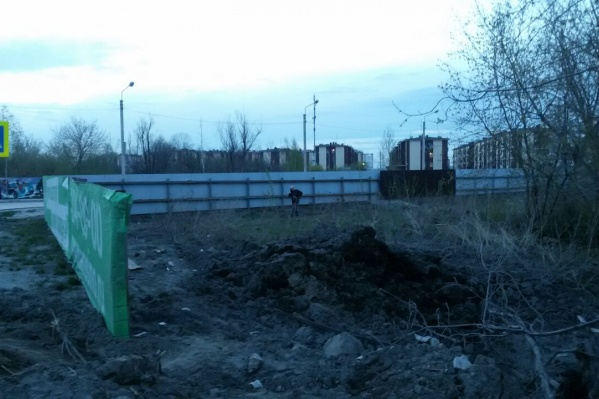 Злоумышленники пытались разобрать забор, которым огорожен поселок