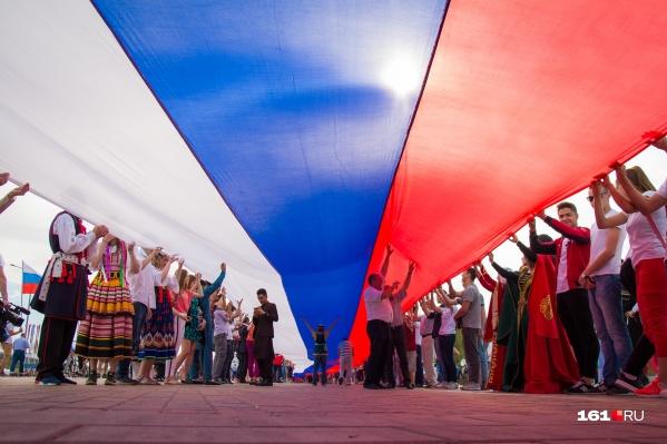 Флаг в 220 метров разворачивали в Ростове в День России в прошлом году