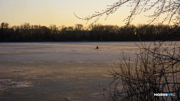 Вдоль рек расставили щиты, запрещающие омичам выходить на тонкий лёд