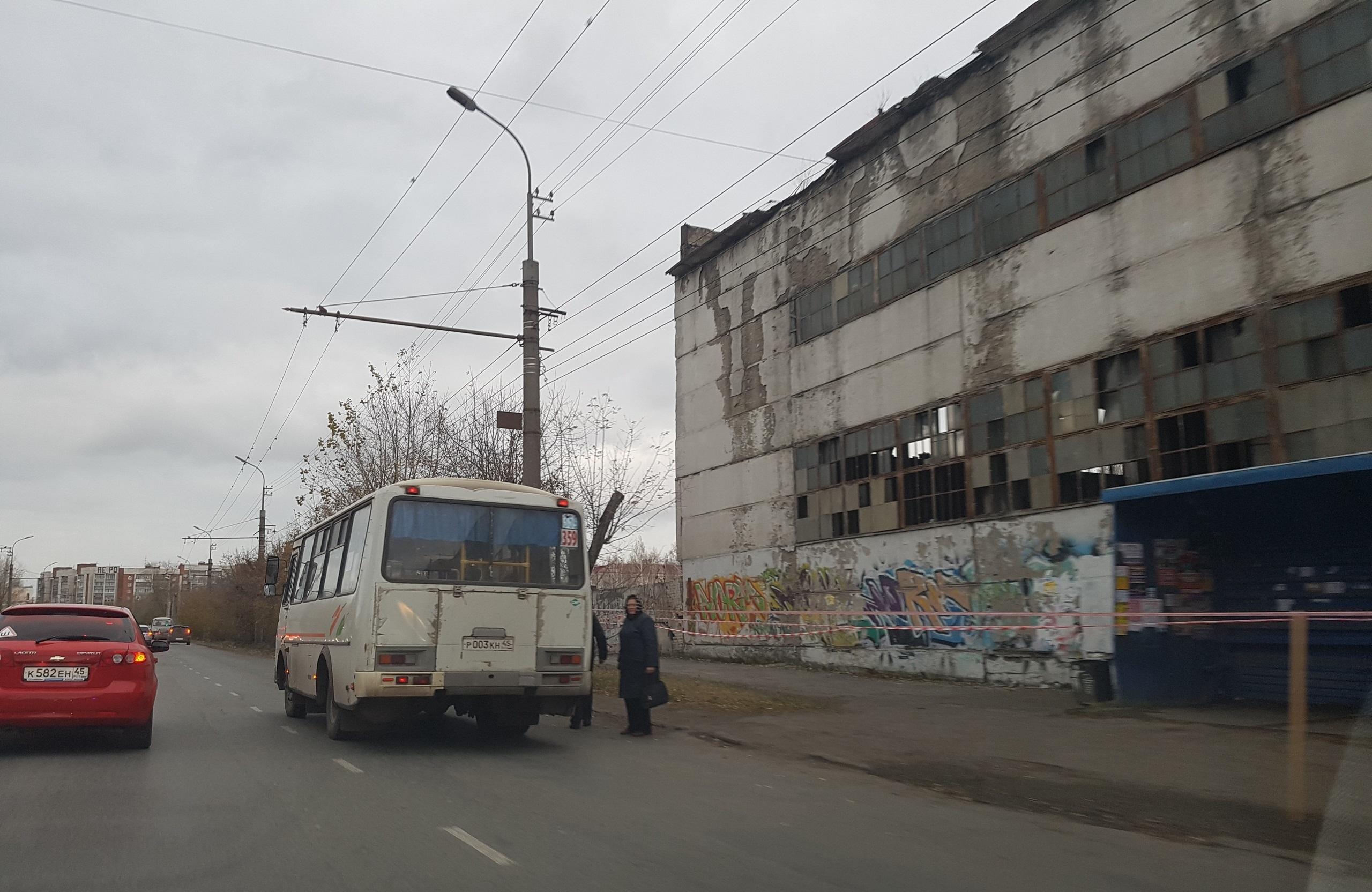 Автобусную остановку перенесли на несколько метров от стены здания