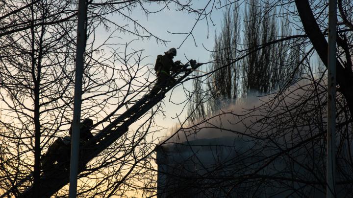 Крупный пожар в старой Самаре: горело заброшенное здание на Алексея Толстого