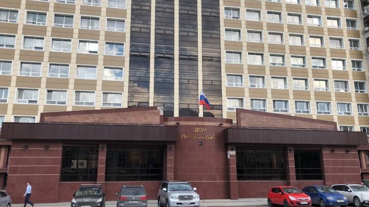 В Калининском суде мужчина вскрыл себе вены скрепкой