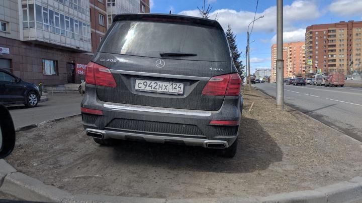 У административных комиссий возникли проблемы с выпиской штрафов для водителей на газонах