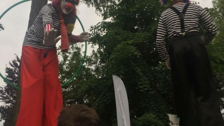 Клоуны на ходулях и пенная дискотека: в Ростове отметили День молодежи
