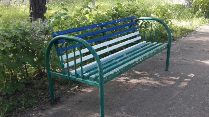 Жители Башкирии пожаловались на скамейки из больничных коек