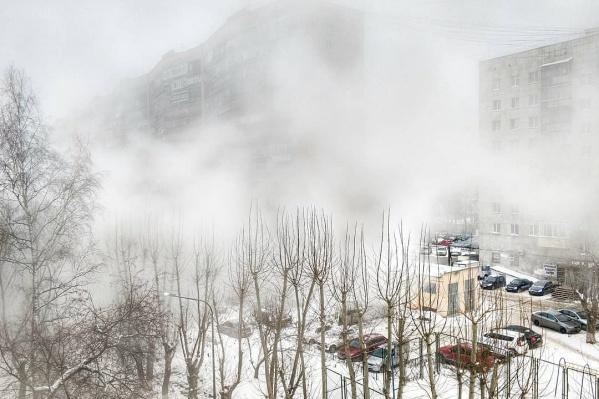 Утреннее повреждение теплотрассы у «муравейника», которое произошло 3 декабря. Из-за прорыва двор окутал туман. Без тепла остались шесть многоэтажек<br><br>