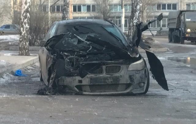 В Октябрьском сгорел черный элитный автомобиль