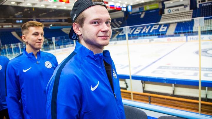 Вратарь хоккейной «Сибири» показал новый шлем на будущий сезон