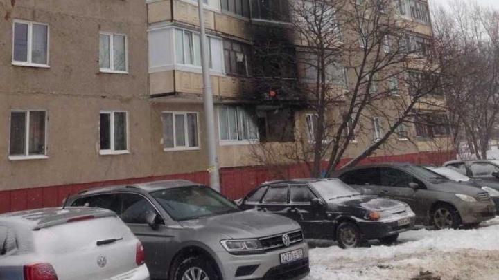В Уфе загорелась двухкомнатная квартира: из огня вывели трех человек