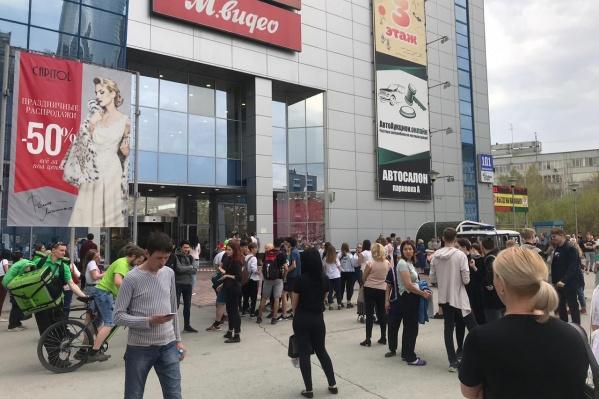 Всех посетителей и работников ТРК вывели из здания