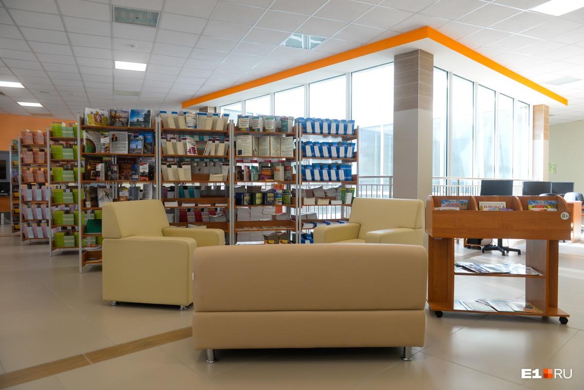 Библиотечный центр: здесь есть и читальный зал со стандартными партами, и мягкая зона для отдыха с книжкой, и зона коворкинга, где ребята могут поработать за компьютером