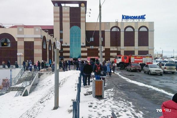 Всех сотрудников и посетителей торгового центра вывели на улицу