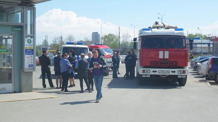 К станции метро «Ботаническая» стянули силы пожарных и полиции