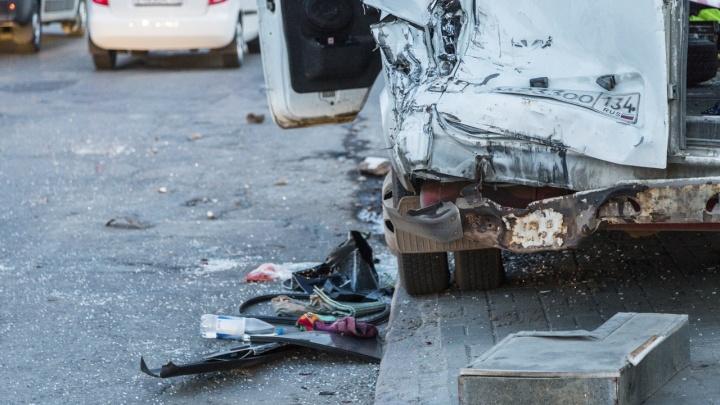 «Пришлось прыгнуть в окно»: известны последствия аварии МАЗа и маршрутки 15С в Волгограде