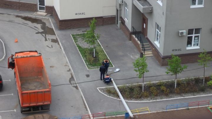 В Уфе на детской площадке рухнул столб