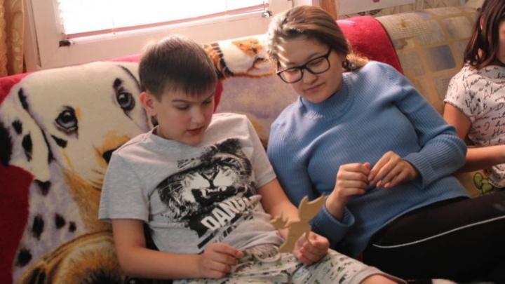 Он такой же, только ходит на цыпочках: двенадцатилетний омич с редкой болезнью готовится к операции