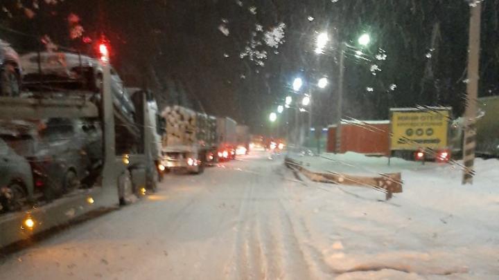 На трассе в Челябинской области из-за снегопада ограничили движение для фур