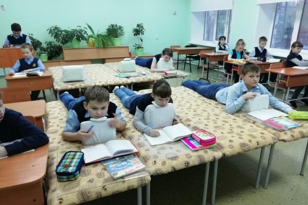 Практически в каждом классе установлено по 8–10 лежаков