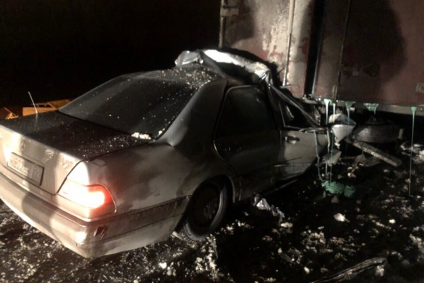 Водитель «Мерседеса» въехал в грузовик и погиб