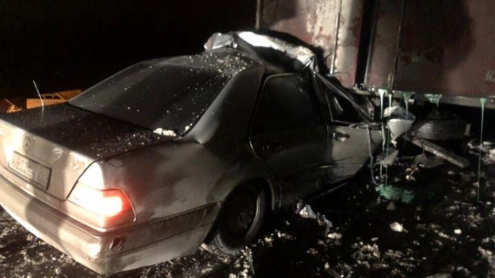 Mercedes смяло в аварии с припаркованным грузовиком на трассе: погиб водитель