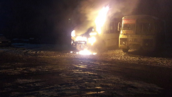 На Копейском шоссе в Челябинске сгорел ПАЗ