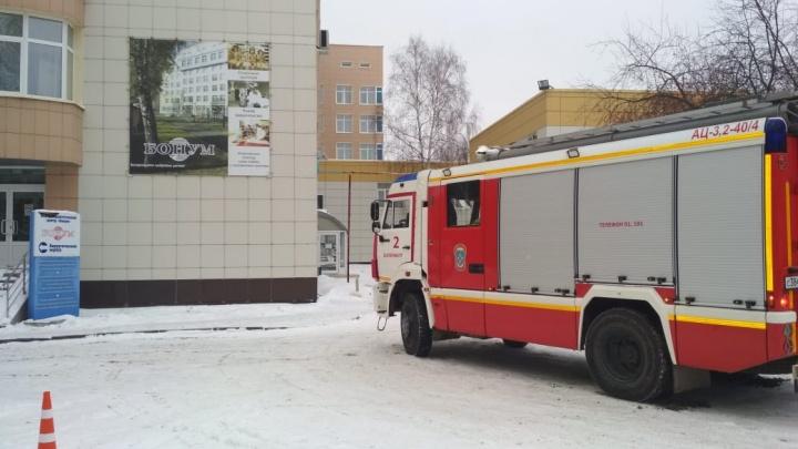 В медицинском центре «Бонум» на Бардина вспыхнул пожар, пациентов пришлось эвакуировать