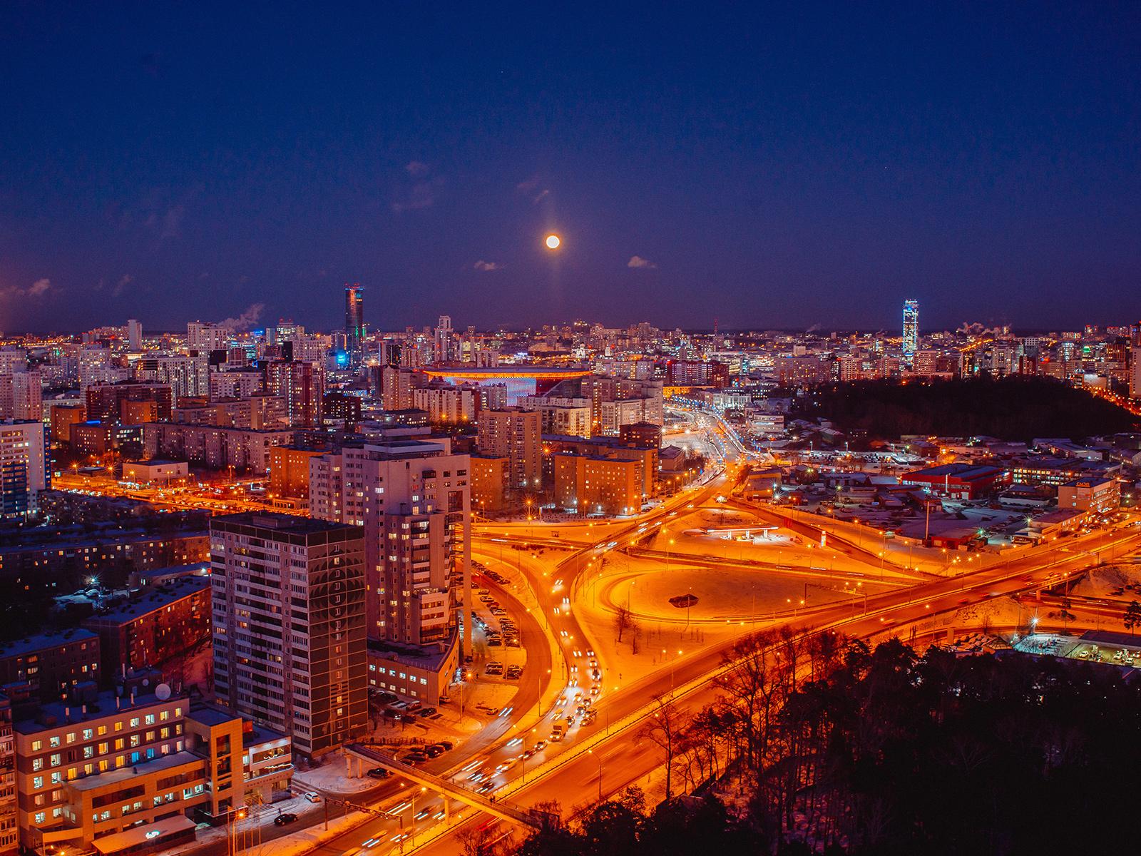 Вид из окон «Репин Парка» на вечерний Екатеринбург