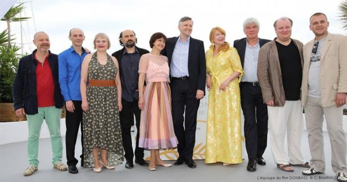 Сергей Лозница —в центре, актёр «Коляда-театра» Сергей Колесов в синей рубашке, а рядом с ним стоит Светлана