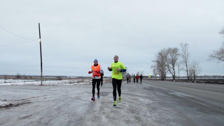 «Нас называли сумасшедшими»: волгоградцы пробежали 50 километров по льду и сугробам