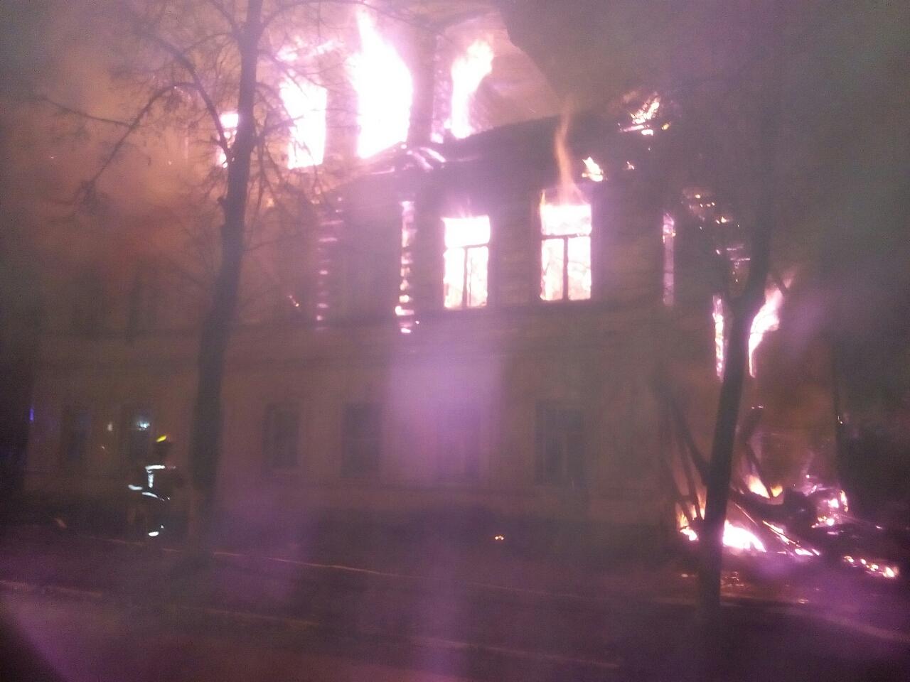 Пожар случился около четырех часов утра