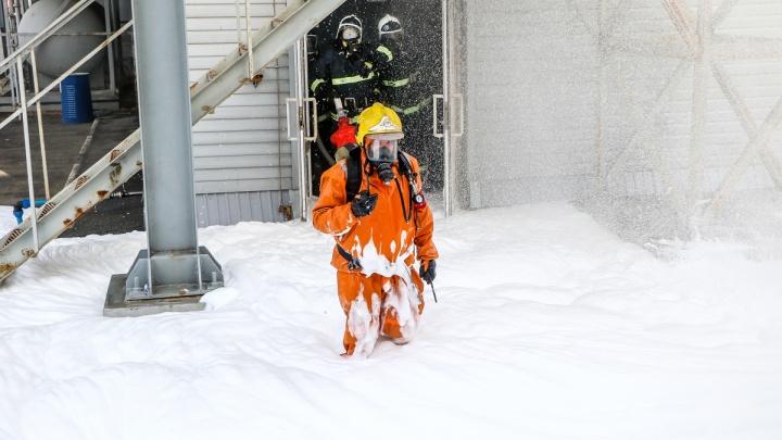 Вертолет и много пены: смотрим за учениями по ликвидации выброса аммиака на пивзаводе «Волга»