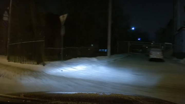 Из-за огромной ямы в центре Ярославля иномарка вылетела на тротуар: видео