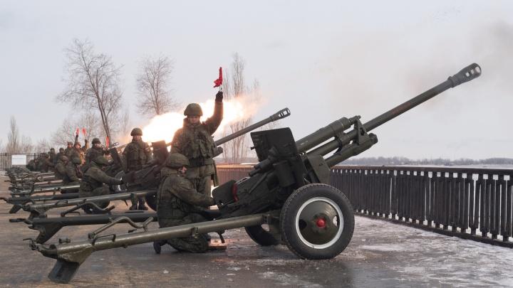 «Шесть вместо трех»: «Выстрелы памяти» сделали легендарные ЗИС-3 с берега в Волгограде
