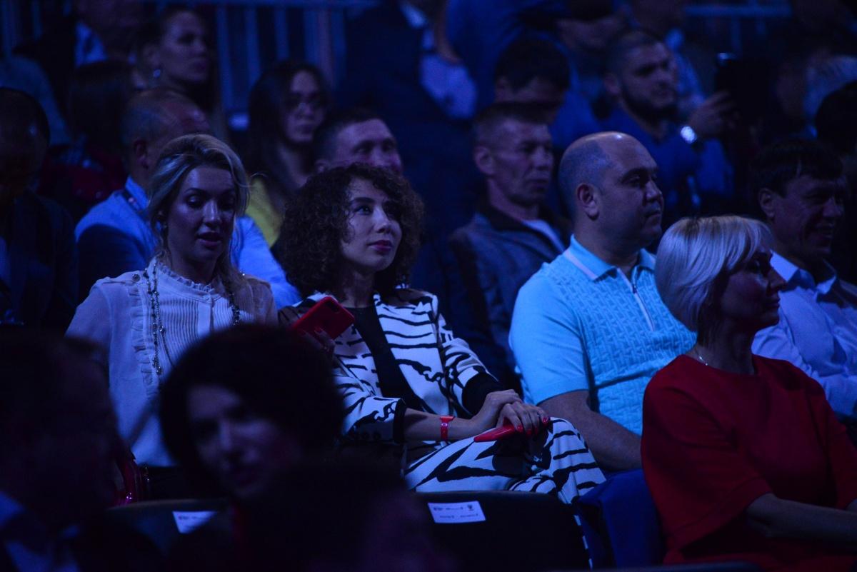 В зале было много светских персон. Например, известная в городе владелица event-агентства Динара Кексина