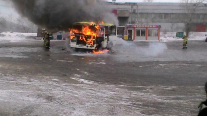 На стоянке у Предмостной площади внезапно сгорел автобус